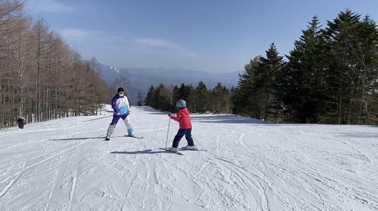スキーをしている子供  自動的に生成された説明