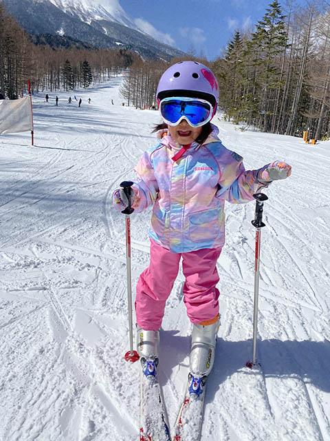 スキーでジャンプをしている女性  自動的に生成された説明
