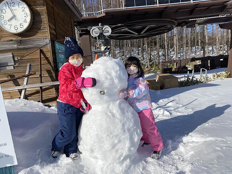 雪, 立つ, ぬいぐるみ, クマ が含まれている画像  自動的に生成された説明