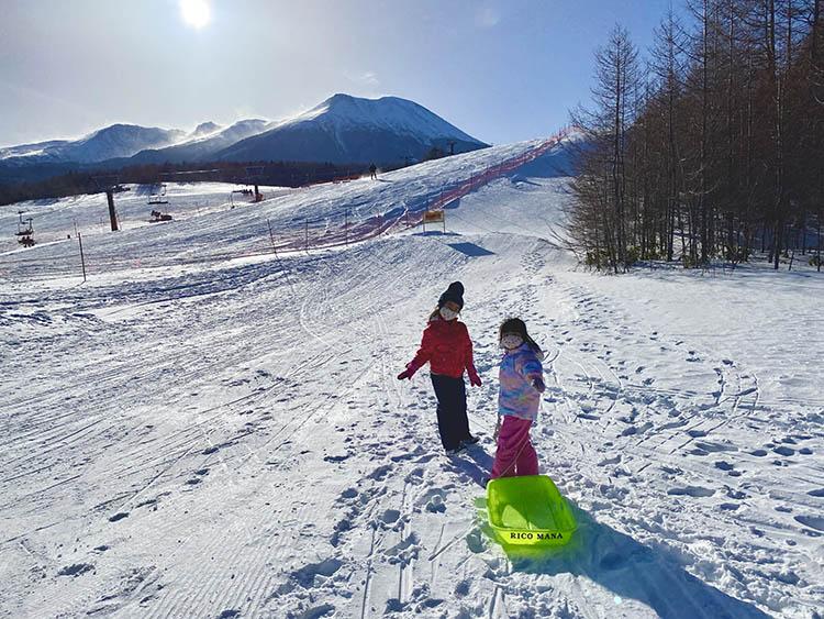 雪の上を歩いている女性  中程度の精度で自動的に生成された説明